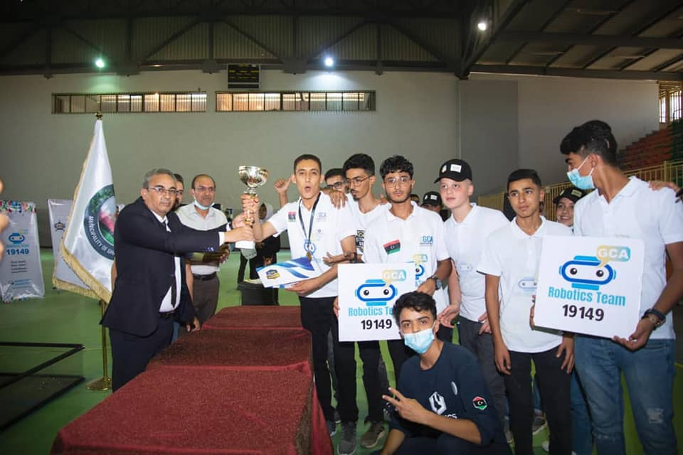 السيد الدكتور محمد غومة رئيس الجامعة يتوج فريق غريان للروبوتات لحصوله على الميدالية الذهبية والكأس