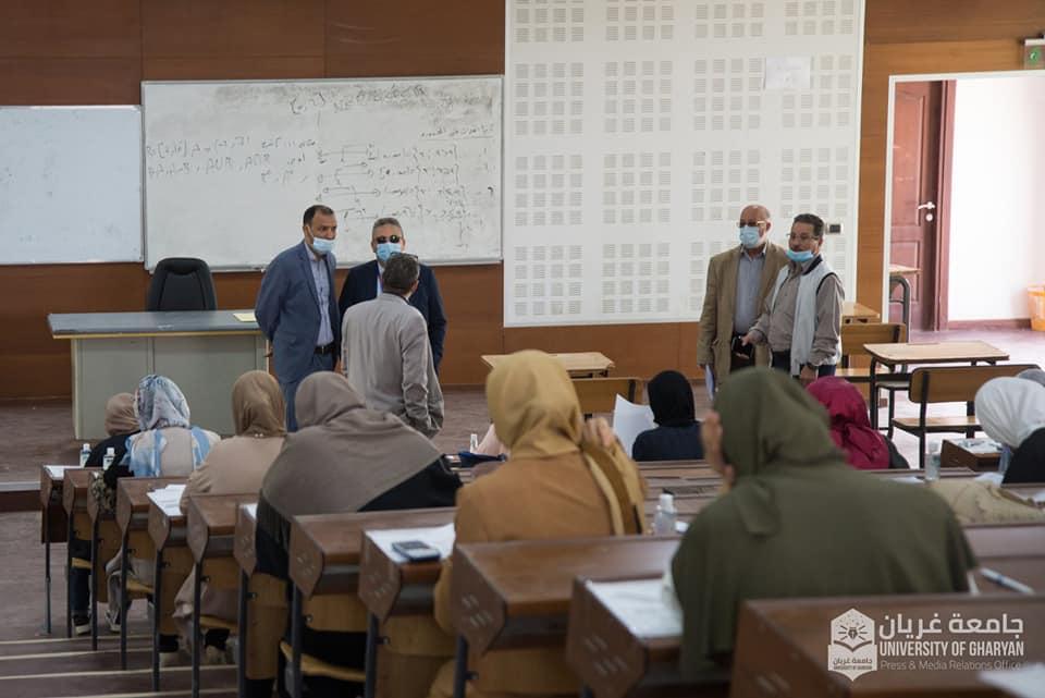 وفد من وزارة التعليم الليبية يتفقد سير الامتحانات بقاعات جامعة غريان